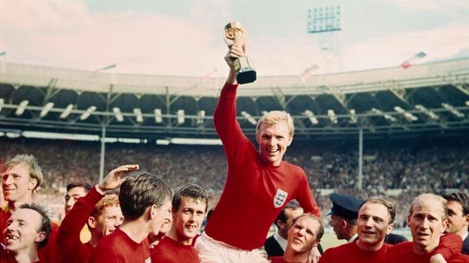 Người Anh có quyền mơ lập lại chiến tích năm 1966 (Ảnh Đội trưởng Bobby Moore nâng Cup vàng).