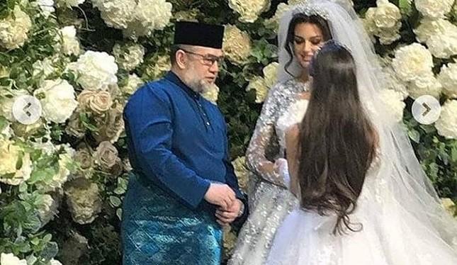 """Quốc vương Malaysia, Sultan Muhammad V, 49 tuổi và Oksana Voevodina, 25 tuổi, người đoạt danh hiệu """"Miss Moscow 2015"""""""