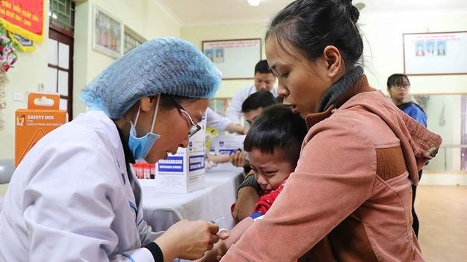 Nhân viên y tế lấy máu xét nghiệm cho các cháu