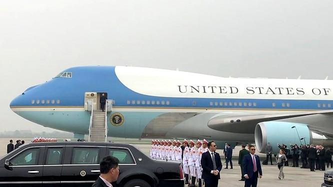 Tổng thống Mỹ lên máy bay rời khỏi Việt Nam sau hội nghị thượng đỉnh.