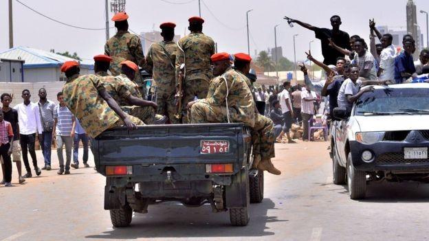 Giới Quân đội được người biểu tình chào đón.