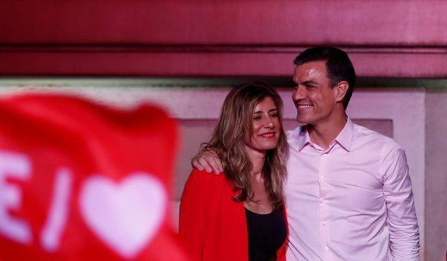 Thủ tướng sắp mãn nhiệm Pedro Sanchez và vợ (Ảnh: Reuters)