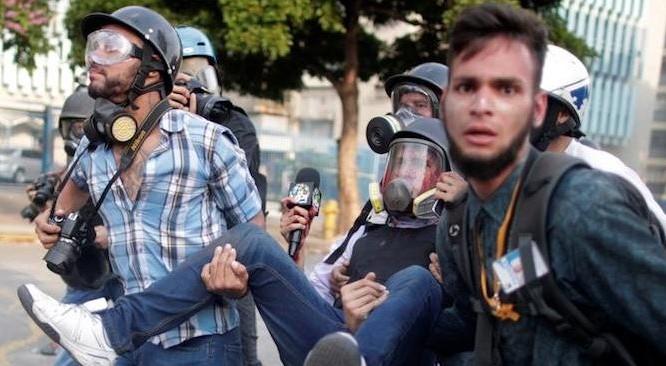Một thành viên của giới truyền thông bị thương trong một cuộc biểu tình chống lại chính quyền Nicolas Maduro ở thủ đô Caracas, Venezuela ngày 1/5/2019. (Ảnh: Reuters)