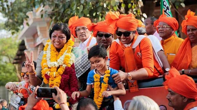 Bà Ranjanben Dhananjay Bhatt (trái) trong chiến dịch tranh cử ở Vadodara, bang Gujarat (Ảnh: CNN)