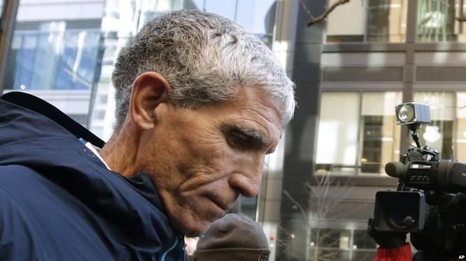 """William """"Rick"""" Singer, người sáng lập Edge College & Career Network, rời tòa liên bang ở Boston sau khi nhận tội trước các cáo buộc trong một vụ bê bối chạy trường trên toàn quốc hôm 12/3. Ông Singer là người giúp """"chạy"""" cho Sherry Guo vào học tại Đại học"""