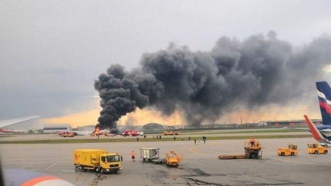 Chiếc máy bay bốc cháy dữ dội