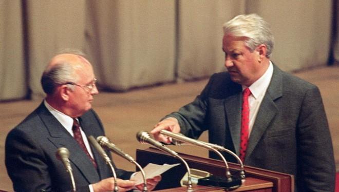Tổng thống Liên bang Nga Boris Yeltsin (phải) và Tổng thống Liên Xô Mikhail Gorbachov (Ảnh AFPGetty Images)