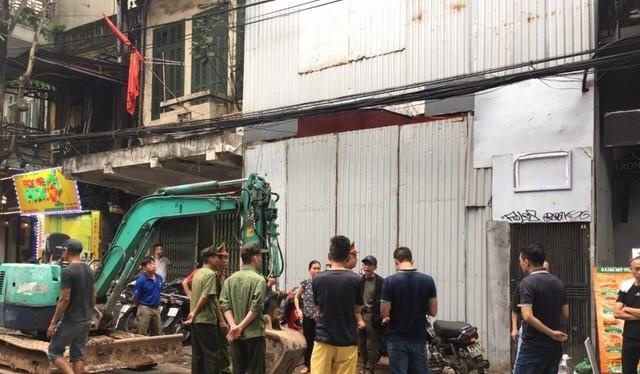 """Ngôi nhà 13 chỉ được phép """"sửa chữa, cải tạo thay thế sàn gỗ và các cấu kiện hư hỏng trên cơ sở phục dựng nguyên gốc nhà 02 tầng, mặt lợp ngói""""."""