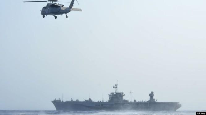 Một chiếc trực thăng MH-60S Sea Hawk thuộc Phi đội Hải chiến 12 lượn trên Tàu USS Blue Ridge của Hạm Đội 7 của Mỹ. Ảnh chụp ngày 19/4/2019 (U.S. Navy photo by Mass Communication Specialist 3rd Class Mar'Queon A. D. Tramble). Ảnh: Tư liệu.