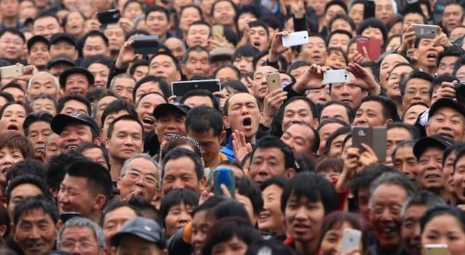 Khán giả Trung Quốc trong khi xem một buổi biểu diễn trong một lễ hội văn hóa võ thuật địa phương ở tỉnh Chiết Giang, Trung Quốc. (Ảnh: Reuters)