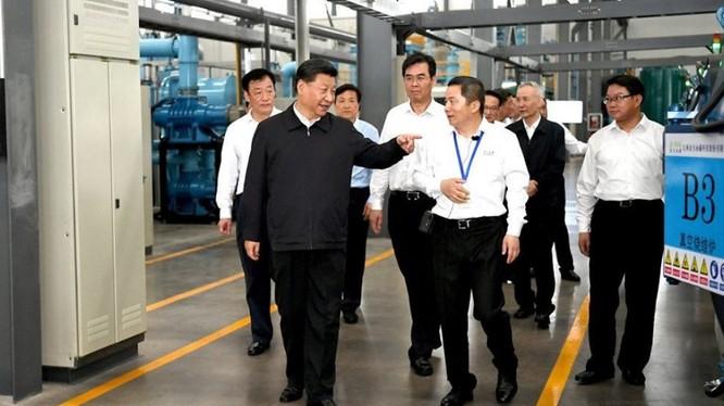 Ông Tập Cận Bình đi thăm nhà máy chế tạo nam châm bằng đất hiếm. Cùng đi có Phó thủ tướng Lưu Hạc, người vừa đàm phán thất bại ở Mỹ về.