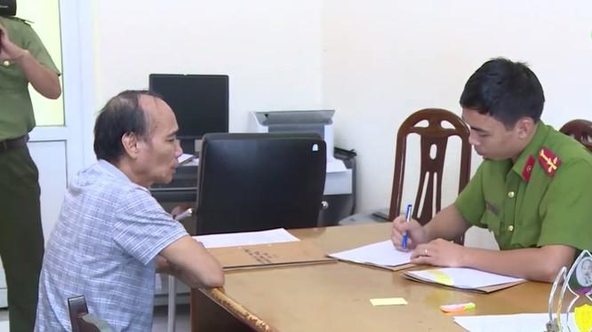 Bị can Nguyễn Kim Hữu, nguyên Giám đốc trung tâm Y tế huyện Mỹ Hào tại cơ quan điều tra.