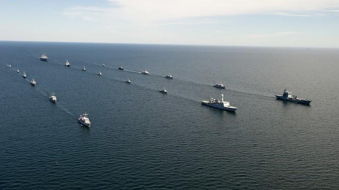 BALTOPS là cuộc tập trận hàng hải tập trung hàng năm ở khu vực Baltic và là một trong những cuộc tập trận lớn nhất ở Bắc Âu, nhằm tăng cường tính linh hoạt và khả năng tương tác giữa các quốc gia đồng minh và đối tác. Trong ảnh Tàu Mount Whitney của Hoa K