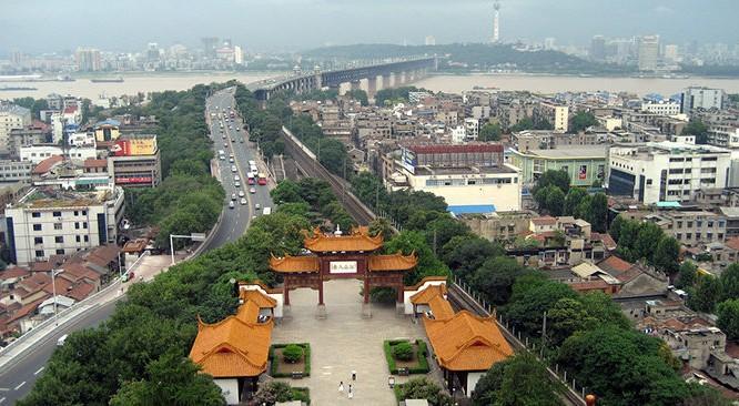 Quang cảnh thành phố Vũ Hán, nhìn từ lầu Hoàng Hạc (ảnh: Wikimedia).