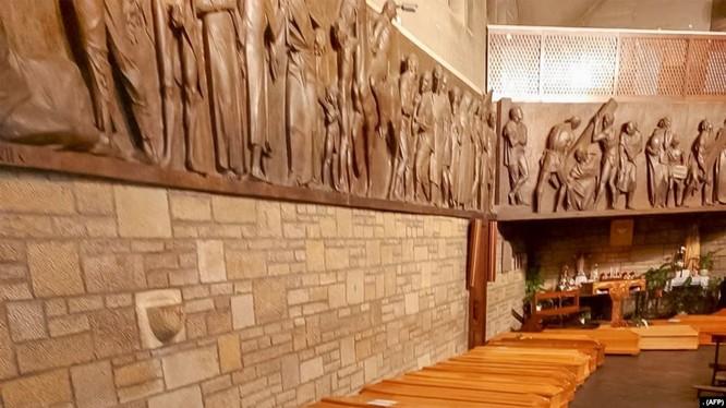 Một dãy quan tài trong một nhà thờ ở Bergamo, Lombardy, Ý, trước khi được mang đi thiêu (ảnh AFP chụp ngày 18/3/2020)