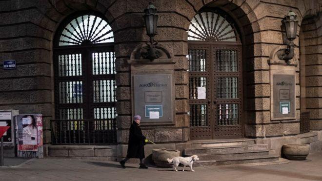 Biện pháp định giờ 'dắt chó đi dạo' của Serbia tỏ ra không thích hợp và đã bị dỡ bỏ.