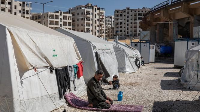 Những chiếc lều san sát chỉ cách nhau tầm 5 feet (1.52m) của người tị nạn Syria tại Idlib. Ảnh: The New York Times.