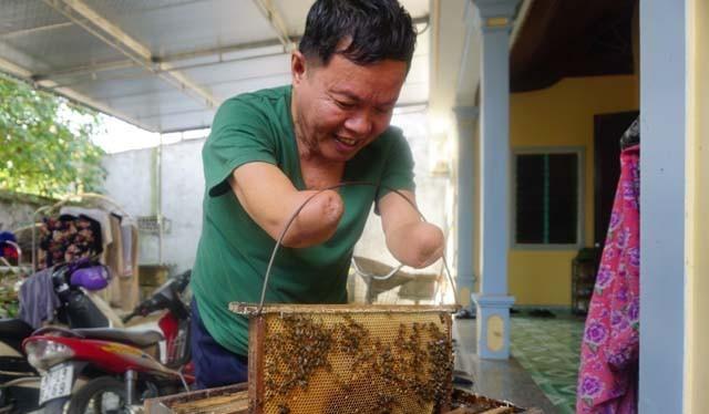 Ông Linh nuôi đàn ong mật với những dụng cụ đã được cải tiến để phù hợp với bản thân.