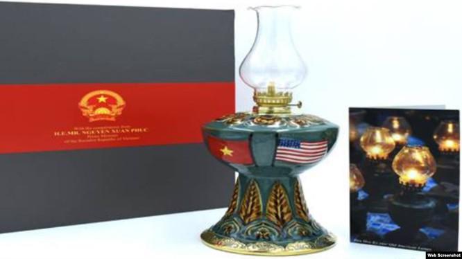 Chiếc đèn Hoa Kỳ là món quà ý nghĩa trong chuyến thăm chính thức Hoa kỳ của Thủ tướng Nguyễn Xuân Phúc.