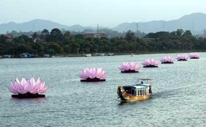 Sen đăng trên dòng sông Hương- Ảnh internet.