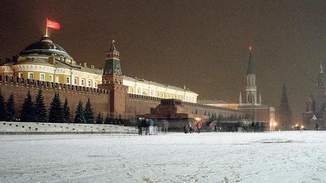 Quốc kỳ búa liềm của Liên Xô tung bay trên nóc điện Kremlin vào tối Thứ Bảy, ngày 21/12/1991. Vào tối 25/12 năm đó, lá cờ này được hạ xuống lần đầu tiên và được thay bằng quốc kỳ Nga. Liên Xô chính thức giải thể vào ngày 26/12/1991. Ảnh: AP.