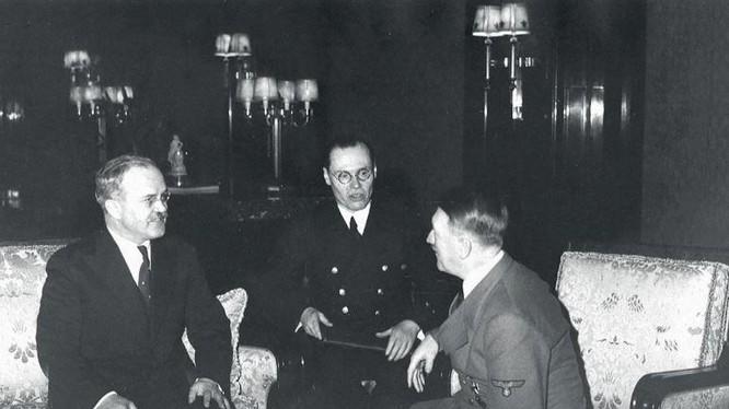 Hitler tiếp Bộ trưởng Ngoại giao Liên Xô Viacheslav Molotov.