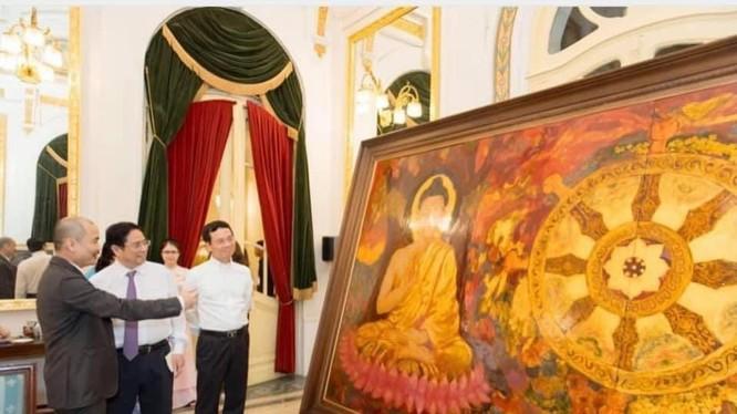 Hà Huy Thanh đang thuyết minh với Thủ tướng Phạm Minh Chính về bức Tranh Đạo Pháp và Dân tộc.