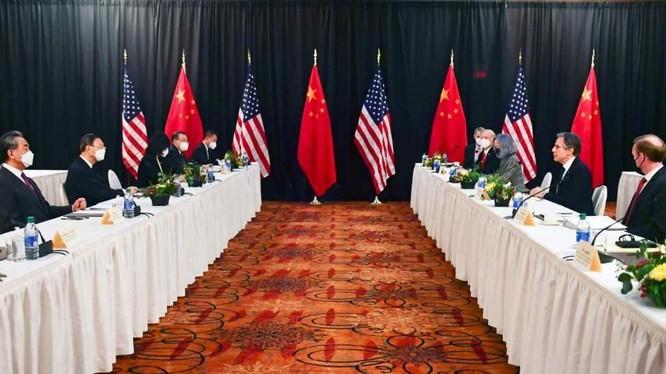 Quan chức ngoại giao Mỹ-Trung tại Đối thoại Alaska hồi tháng Ba vừa qua. (Nguồn: Nikkei Asia).