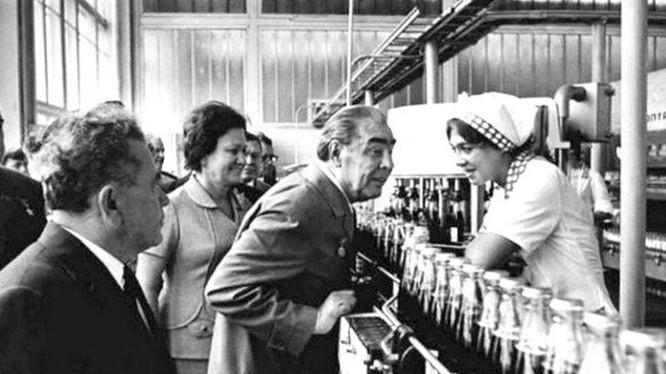 Leonid Brezhnev thăm nhà máy hàng không ở Tashkent, nơi xảy ta tai nạn (Ảnh Tư liệu)
