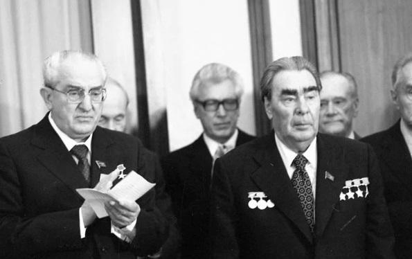 """Lãnhtụ Liên Xô Brezhnev giữ kỷ lục về nhận huân, huy chương các loại, trong đó có cả huy hiệu """"50 năm tuổi đảng"""", thẻ hội viên Hội Nhà báo Liên Xô."""
