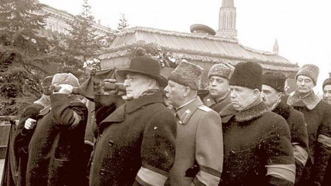 Ban Lãnh đạo Liên Xô trong lễ trang Stalin (Ảnh: Tư liệu)