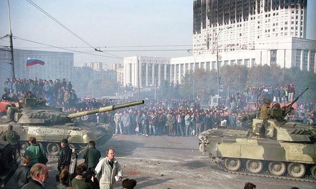 Ngày 4/10/1993, cuộc đụng độ gây rúng động nước Nga kết thúc khi nhóm nghị sĩ nổi dậy, đứng đầu là Phó tổng thống Aleksander Rutskoi, đầu hàng phe của Tổng thống Boris Yeltsin (Ảnh: Tư liệu)