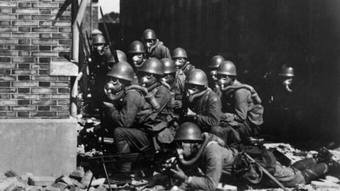 Lực lượng đổ bộ đặc biệt của hải quân Nhật đeo mặt nạ phòng độc trong trận chiến tại Thượng Hải, Trung Quốc, hồi tháng 8/1937. (Ảnh: Wiki)