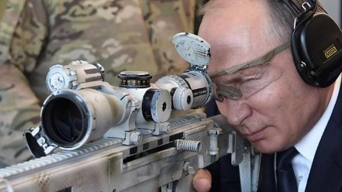 Ông Vladimir Putin trổ tài thiện xạ (Ảnh: AFP)