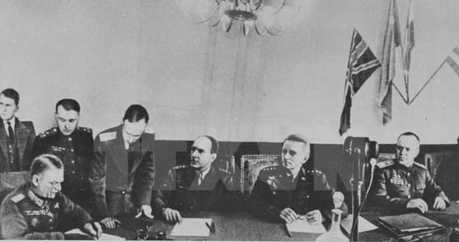 Ký kết văn bản về sự đầu hàng không điều kiện của phát xít Đức tại ngoại ô Berlin, ngày 8/5/1945. (Ảnh: Tư liệu/TTXVN)
