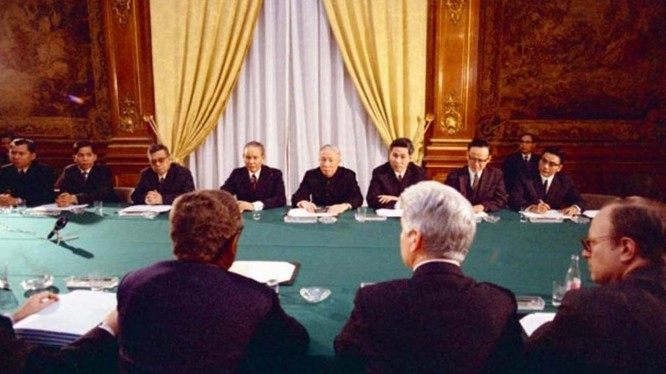Cố vấn Lê Đức Thọ và cố vấn đặc biệt của Tổng thống Mỹ, tiến sĩ Henry Kissinger đàm phán về cuộc chiến tranh do Mỹ gây ra tại Việt Nam. Ảnh tư liệu