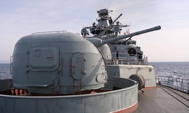 Khẩu pháo hạm trên boong tàu khu trục Phó Đô đốc Kulakov (Ảnh: Vladimir Isachenkov/AP)