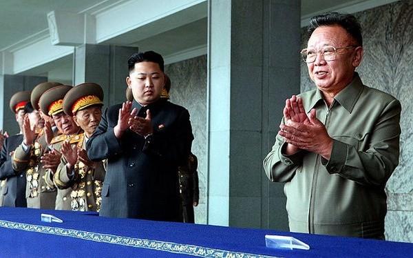 Cố lãnh đạo Triều Tiên Kim Jong-il (phải) cùng con trai Kim Jong-untại một cuộc diễu hành quân sự ở Bình Nhưỡng vào năm 2010. (Nguồn: Xinhua)