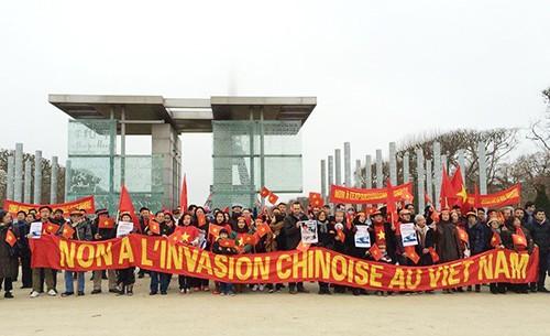 """Cộng đồng người Việt cầm băng rôn lớn có dòng chữ """"Phản đối Trung Quốc bành trướng"""" tại Quảng trường Joffre, thủ đô Paris. Ảnh: Collectif"""