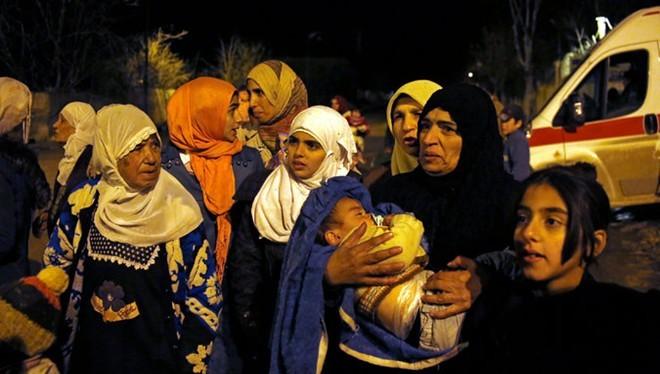 Người dân chờ đợi được sơ tán khỏi thị trấn Madaya. Ảnh: AP