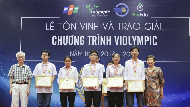 Các thí sinh nhận giải tại buổi lễ tôn vinh (Ảnh: Báo tin tức)