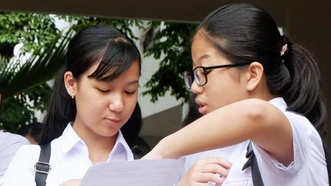 Học sinh Đà Nẵng trao đổi sau kỳ thi vào lớp 10. Ảnh: VNEpress