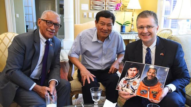 Đặc phái viên khoa học về vũ trụ của Hoa Kỳ, Thiếu tướng Charles Frank Bolden Jr. và nhà du hành vũ trụ Việt Nam, Trung tướng Phạm Tuân tặng ảnh chân dung của họ khi là nhà du hành vũ trụ cho Đại sứ Daniel Kritenbrink khi Đại sứ tiếp đón hai vị khách.