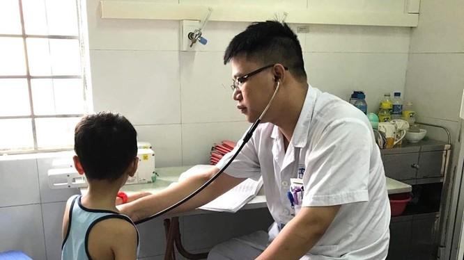 Bác sĩ điều trị cho bệnh nhi.