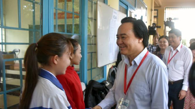Bộ trưởng Bộ GD&ĐT động viên các cán bộ coi thi và thí sinh trước giờ thi