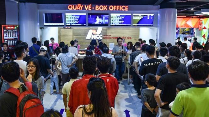 Người dân xếp hàng mua vé xem phim