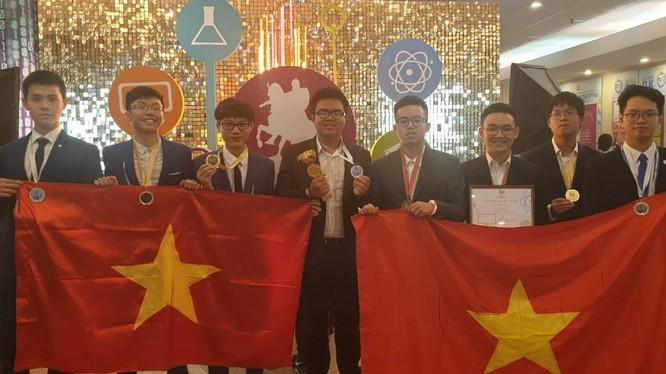 Đoàn học sinh Hà Nội đại diện Việt Nam tự hào giơ cao lá cờ Tổ quốc Việt Nam tại lễ Trao giải kỳ thi Olympic quốc tế dành cho các thành phố lớn lần thứ IV tại Mát-xcơ-va, Liên Bang Nga.