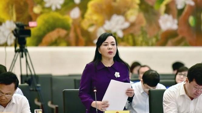 Bộ trưởng Bộ Y tế báo cáo tại phiên họp. Ảnh: Quang Khánh, Lao Động