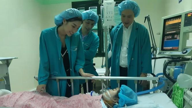 Hoa hậu Đỗ Mỹ Linh thăm bé Chi tại bệnh viện