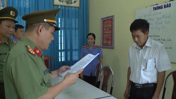 Cơ quan An ninh điều tra đọc lệnh khởi tố đối với ông Trần Xuân Yến - Ảnh: Bộ Công an
